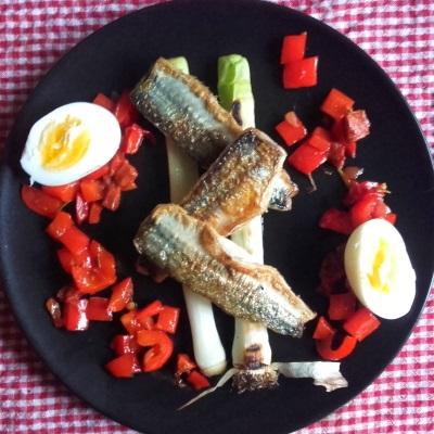 Hornfisk med grillede porrer, æg, chorizo og peberfrugt