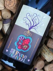 Allerede etikettens visuelle design signalerer, at der her er tale om en ukompliceret naturvin.
